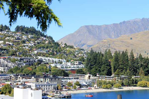 Vista de Queenstown desde los gardens de Deco Backpackers en Man St.